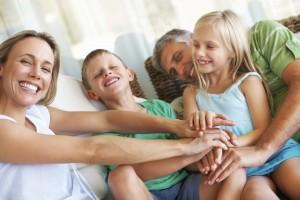Familia en el sofá jugando